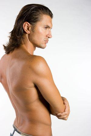 mann mit langen haaren: Jung und sexy brunet m�nnlichen Athleten isolated on white