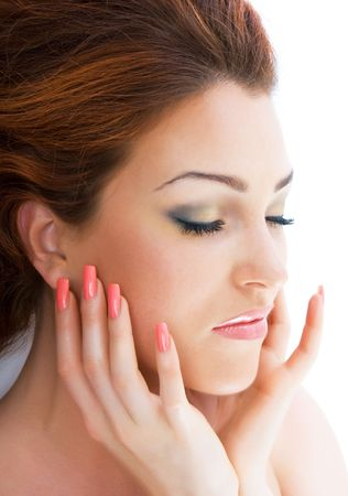 unas largas: Close-up de lujo hermosa dulce rojo brillante y joven dama de pelo en el estudio de vacuna