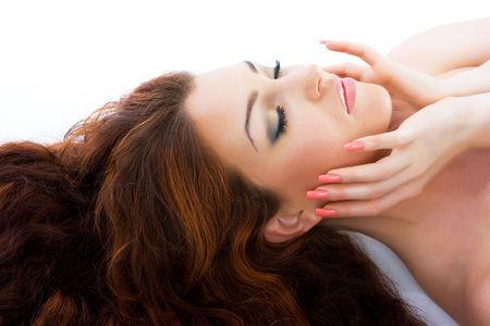 long shots: Close-up bella fresca di lusso rosso brillante giovane donna dai capelli in studio shot
