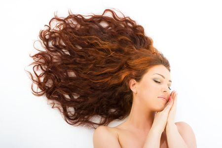 plan �loign�: Close-up belle fra�cheur des jeunes femmes aux longs cheveux rouges r�ver