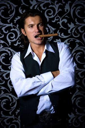 hombre fumando puro: Modelo masculino con puros sobre fondo blanco y negro floral de lujo
