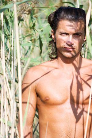 mann mit langen haaren: Close-up gut aussehend jung sexy brunet Mann in Eile
