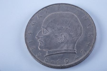 白い背景に分離された 2 つのドイツ印ビンテージ コイン