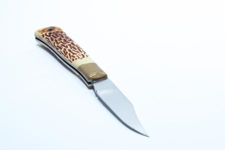 Weinlesetaschenmesser mit Horngriff und Messingschutz - weißer Hintergrund
