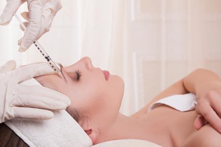 inyeccion: mujer y arrugas inyecciones jóvenes, inyecciones de belleza, de silicona, Dysport, ácido hialurónico, botulínica Foto de archivo