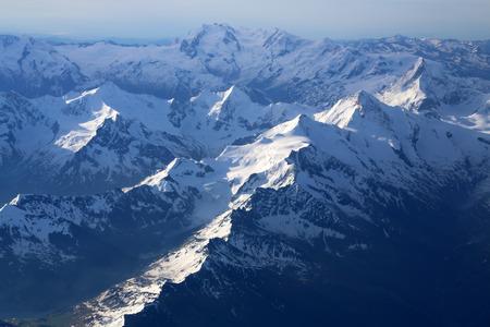 꼭대기가 눈으로 덮인: Snow-capped mountain peaks of the Alps to the altitude of the aircraft.