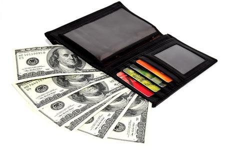 600 dollar en creditcards in tas op een ehite achtergrond