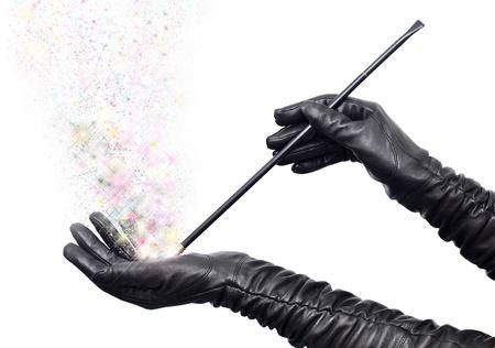 Fairy handen in lange zwarte handschoenen houden je toverstaf en gieten spell