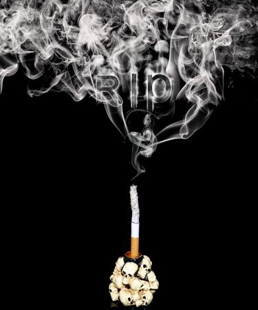 Witte sigaret in een kandelaar versierd met menselijke schedels
