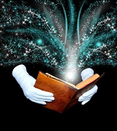 milagro: Libro de magia en el encuadernados en cuero en poder de las manos con guantes blancos Foto de archivo