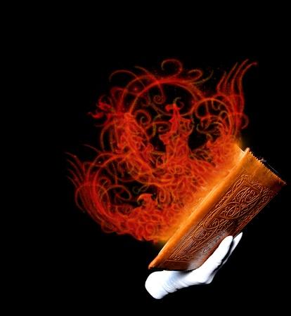 esoterismo: Libro de magia con fuego de color rojo que sale