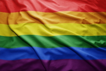 bandera gay: Ondeando la bandera del arco iris colorido Foto de archivo