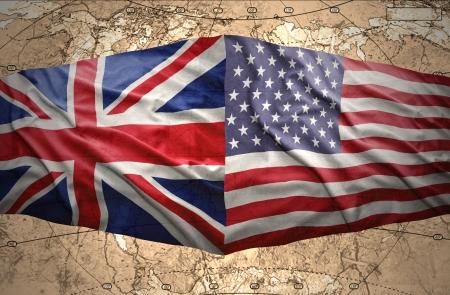 bandera reino unido: Agitando Estados Unidos de Am�rica y las banderas brit�nicas en el fondo del mapa pol�tico del mundo