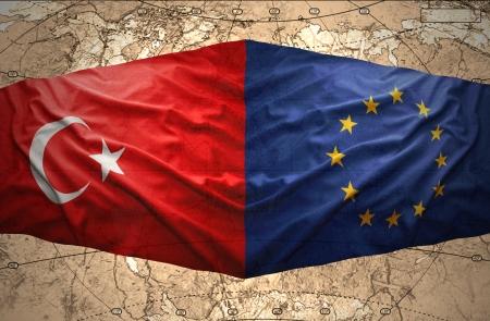 Zwaaien de Europese Unie en Turkse vlaggen op de achtergrond van de politieke kaart van de wereld
