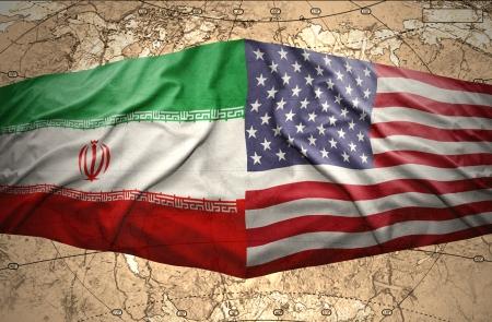 Golvende Amerikaanse en Iraanse vlaggen op de van de politieke kaart van de wereld