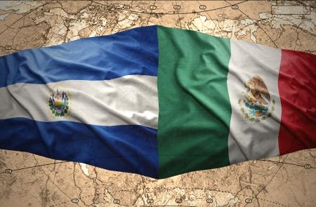 mapa de el salvador: Agitando El Salvador y banderas mexicanas en la del mapa pol�tico del mundo Foto de archivo
