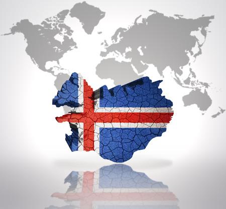 icelandic flag: Mapa de Islandia con la bandera de Islandia en un mapa del mundo de fondo
