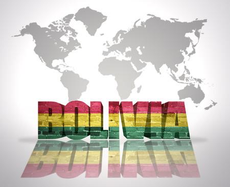 mapa de bolivia: Palabra Bolivia con la bandera boliviana en un mapa del mundo de fondo Foto de archivo