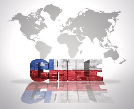 bandera chilena: Palabra Chile con la bandera chilena en un mapa del mundo de fondo