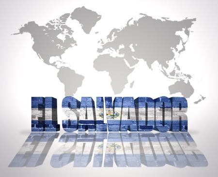 mapa de el salvador: Palabra El Salvador con bandera de El Salvador en un mapa del mundo de fondo Foto de archivo