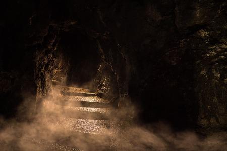 Oude donkere kerker in de mist
