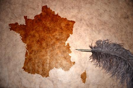 bandera francia: Francia mapa de papel de la vendimia con la pluma de edad Foto de archivo