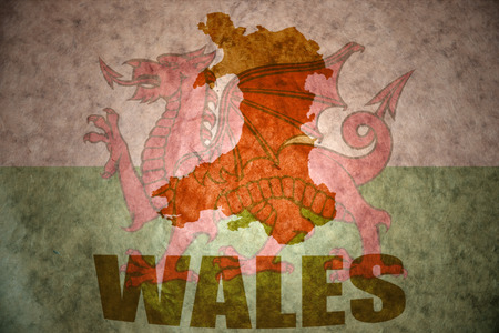 welsh flag: galles mappa su un'annata gallese bandiera sfondo