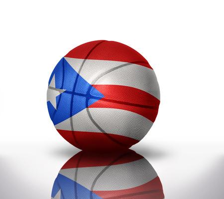 Pelota de baloncesto con la bandera nacional de Puerto Rico en un fondo blanco Foto de archivo - 37086724