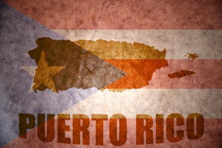 bandera de puerto rico: mapa Puerto Rico en un fondo de la bandera de Puerto rican vendimia Foto de archivo