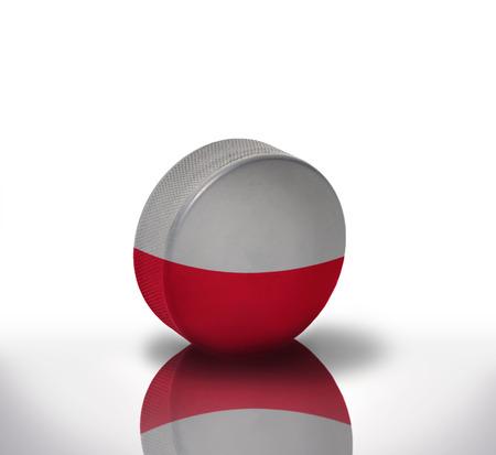 bandera de polonia: viejo disco de hockey de la vendimia con la bandera polaca