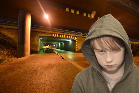 solter�a: muchacho triste pelirroja de pie en una solitaria calle oscura Foto de archivo