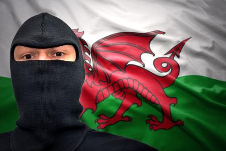welsh flag: uomo pericoloso in una maschera su uno sfondo di bandiera gallese