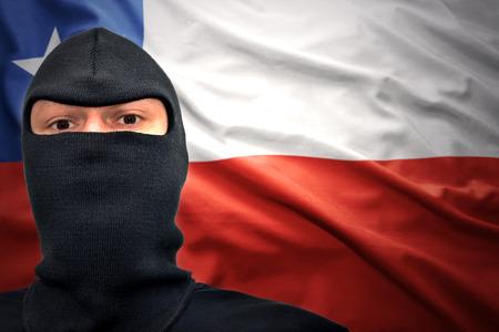 bandera chilena: hombre peligroso en una máscara en un fondo de la bandera chilena
