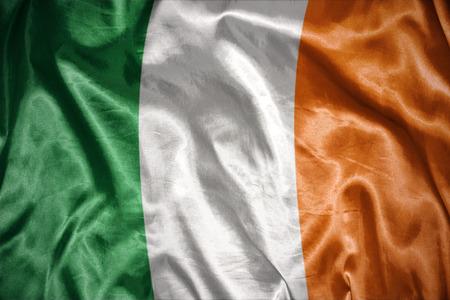 bandera irlanda: saludando y brillante bandera irlandesa