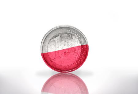 bandera de polonia: moneda de euro con bandera polaca en el fondo blanco