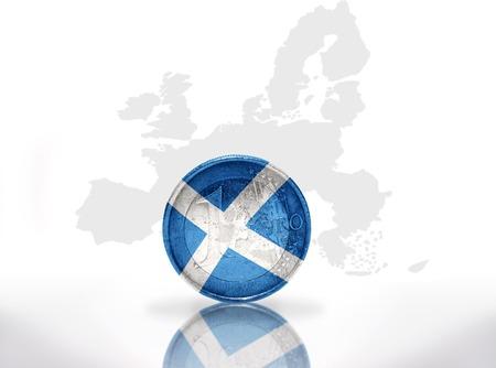 scottish flag: monete in euro con scozzese bandiera sulla unione europea mappa di sfondo