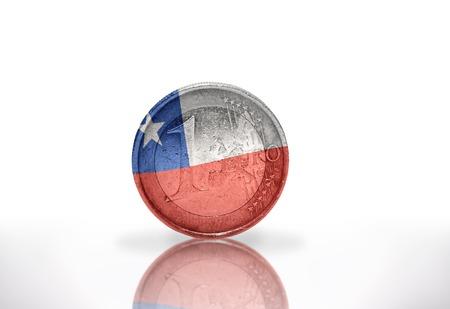 bandera chilena: moneda de euro con la bandera chilena en el fondo blanco