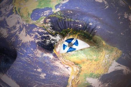 scottish flag: Fronte della donna con consistenza pianeta Terra e la bandiera scozzese all'interno dell'occhio. Archivio Fotografico