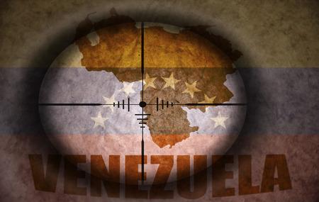 bandera de venezuela: mira telesc�pica dirigido a la bandera del vintage Venezuela y mapa