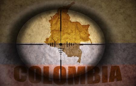bandera de colombia: mira telesc�pica dirigido a la bandera del vintage Colombia y el mapa Foto de archivo