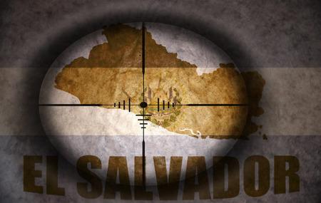 mapa de el salvador: mira telesc�pica dirigido a la bandera y el mapa de cosecha El Salvador