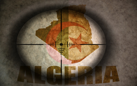 Algierski: sniper scope aimed at the vintage algerian flag and map