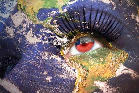 bandera chilena: La cara de la mujer con la textura planeta Tierra y la bandera chilena en el interior del ojo. Foto de archivo
