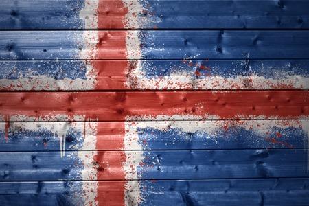 icelandic flag: colorido de la bandera islandesa pintada en una textura de madera