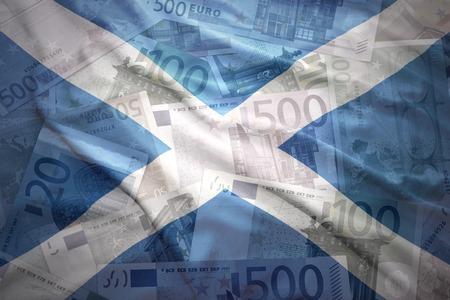 scottish flag: colorato sventola bandiera scozzese su uno sfondo di denaro di euro