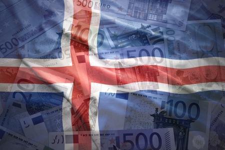 icelandic flag: colorido agita la bandera de Islandia sobre un fondo de dinero del euro