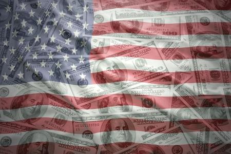kleurrijke wuivende vlag van de Verenigde Staten van Amerika op een achtergrond van het Amerikaanse dollar geld