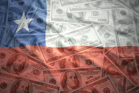 bandera chilena: colorido agita la bandera chilena en un fondo de dinero americano de dólar