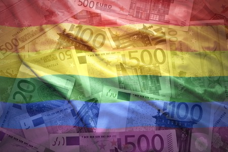 bandera gay: colorido agita la bandera gay en un fondo de dinero del euro