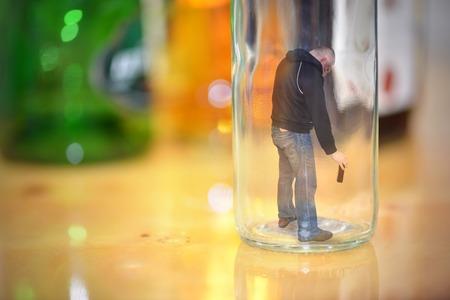 Dronken man staat in de fles Stockfoto